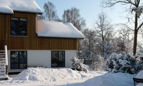 charming_snowy_landscape_in_front_of_bed_and_breakfast_hotel_albertine