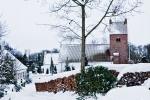 idyllisk-by-med-snedaekket-kirke-i-tune-ved-roskilde