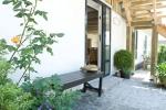 indgang-med-romantiske-roser-til-hyggeligt-ophold-paa-bb-albertine-hotel