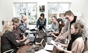 I kan være op til 12 personer til kursus eller møde. Der er fri internetadgang og mulighed for at opsætte projektor og lærred