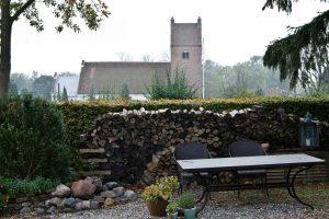 BB Albertine Garten mit Blick auf die Kirche